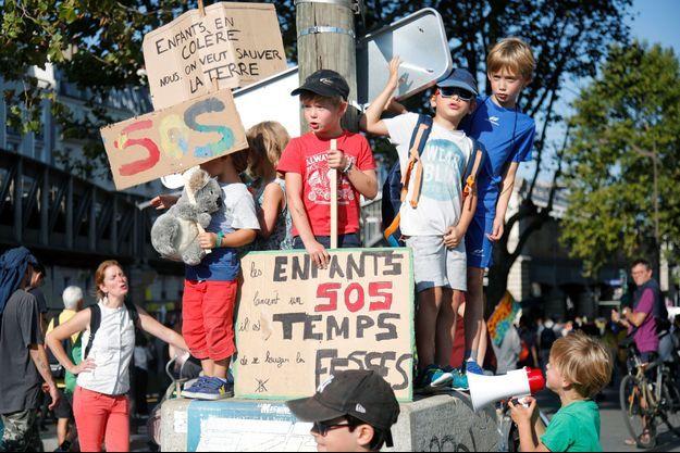 De jeunes manifestants pour le climat en France, samedi.