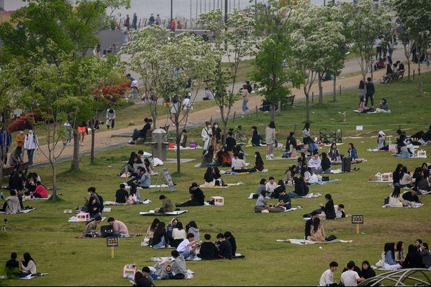 Dans un parc de Séoul, en Corée du Sud, dimanche.