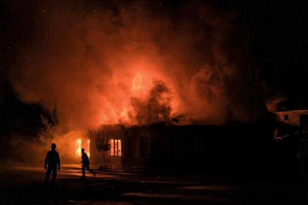 Le 3 octobre à Stepanakert, la capitale du Haut-Karabakh. Un entrepôt arménien en feu après des tirs de roquettes.