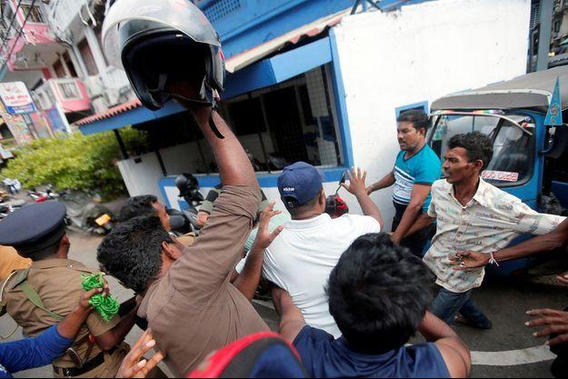 Scène de violence lors de l'arrestation d'un homme suspecté d'être en lien avec les attentats commis dimanche au Sri Lanka.