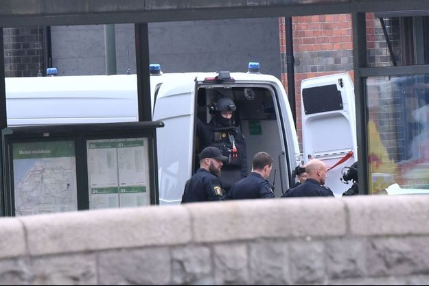 Des policiers devant la gare de Malmö.