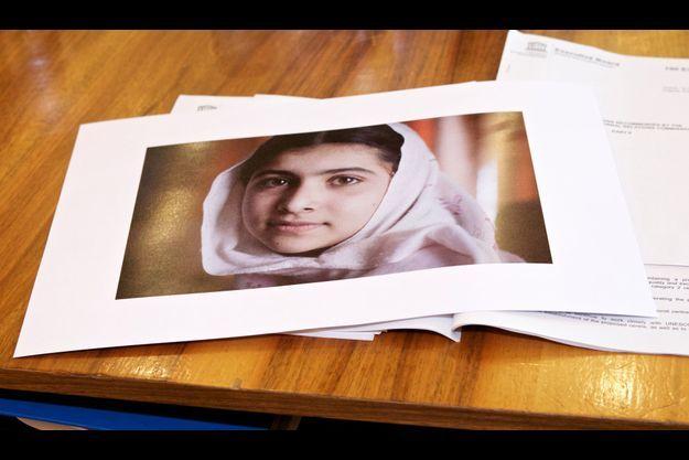Une photo de Malala est posée sur un bureau à l'Unesco, à Paris, lors d'un hommage.