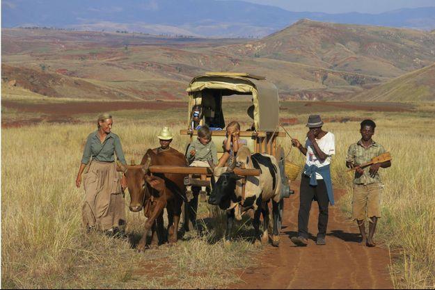 Dans la plaine de Belobaka, comme au temps des pionniers, Sonia, toujours en jupe, Ulysse et Philaé sur la charrette, avec les bouviers du moment, Eric (à g.) et Rakotobé, accompagnés d'un villageois jouant du kabosy.