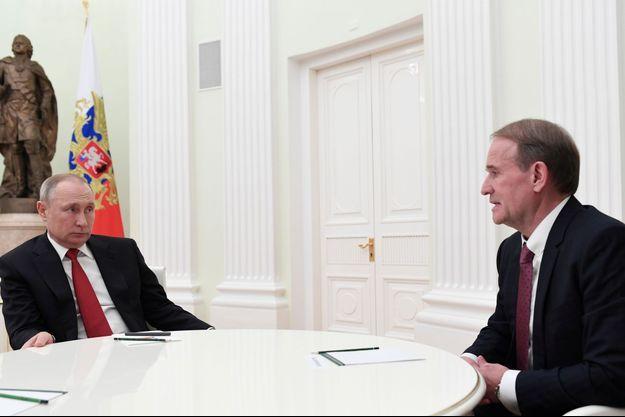 Le député ukrainien Viktor Medvedtchouk reçu par Vladimir Poutine en mars 2020, sur une photo diffusée par le Kremlin.