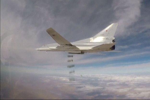 Un bombardier russe cible l'État islamique au nord-est de la Syrie, selon cette image issue d'une vidéo publiée par le ministère russe de la Défense.