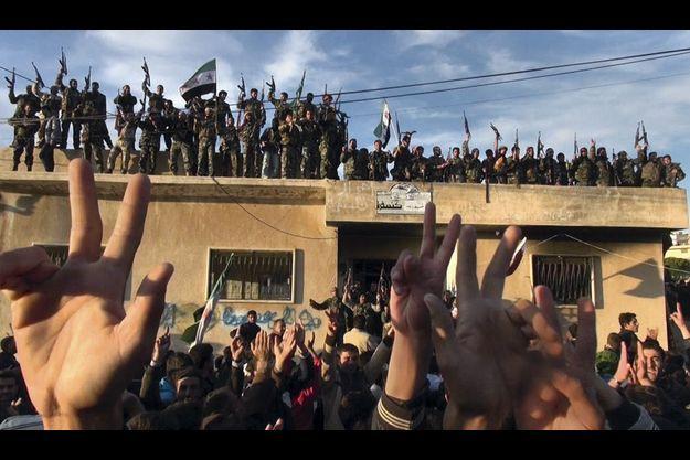 Le 8 novembre dans un village de la région agricole de Jabal El-Zaouia, une cinquantaine de soldats de l'ALS font une démonstration de force, brandissant leurs armes et le drapeau syrien. « Le peuple veut la chute du régime ! » hurlent les villageois.