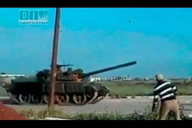 Comme en témoigne cette image issue d'une vidéo amateur, des chars sont entrés dans la ville de Deraa.