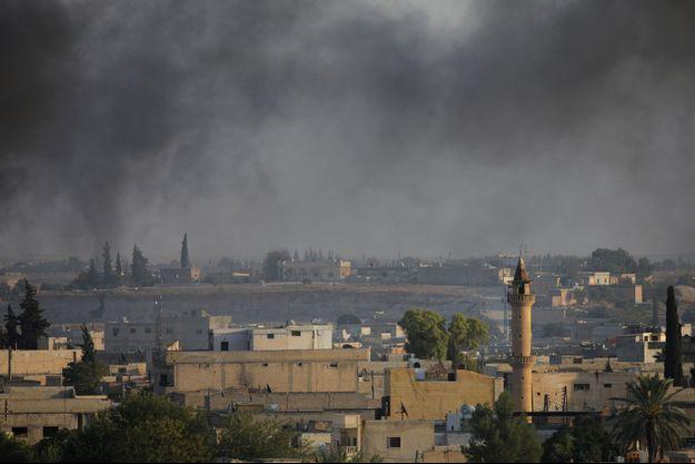La fumée au-dessus de la ville frontalière syrienne de Tel Abyad, vue d'Akcakale, en Turquie.