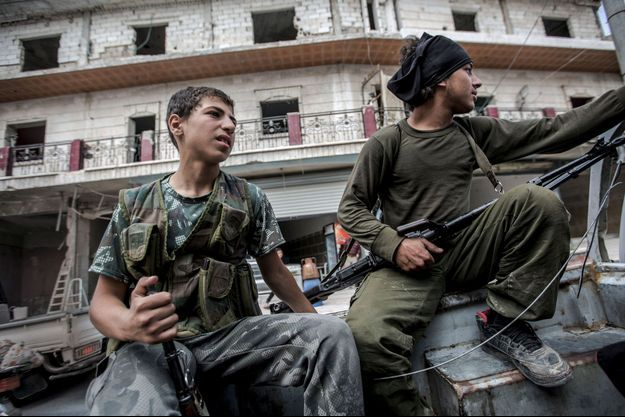 Deux djihadistes du groupe rebelle salafiste Ahrar Al-Sham, sur la route entre Idlib et Alep, le 19 mai 2016. A gauche, Abou El-Bara, 16 ans.