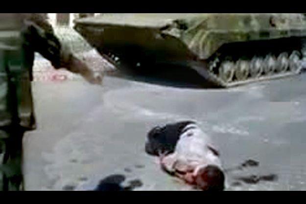 Début septembre, à Homs, au centre de la Syrie, un membre de la « shabiha », la milice qui soutient le régime, tire sur un manifestant à terre tandis que les chars de l'armée investissent la ville.