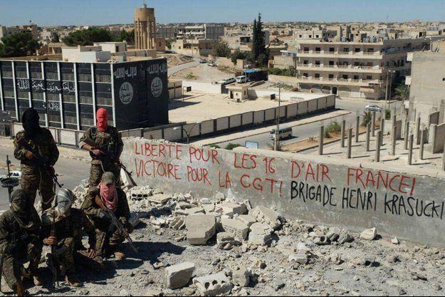 La photo envoyée par la «brigade Henri Krasucki» en soutien aux salariés d'Air France jugés.