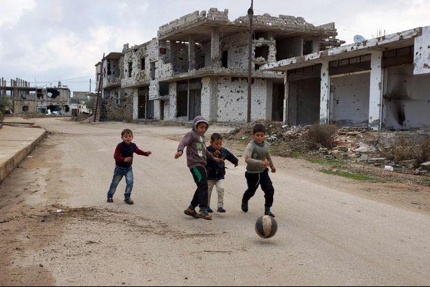 Des enfants syriens jouant dans la ville de Deraa le 24 février 2016.