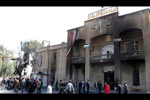 Un tribunal incendié à Deraa en Syrie.