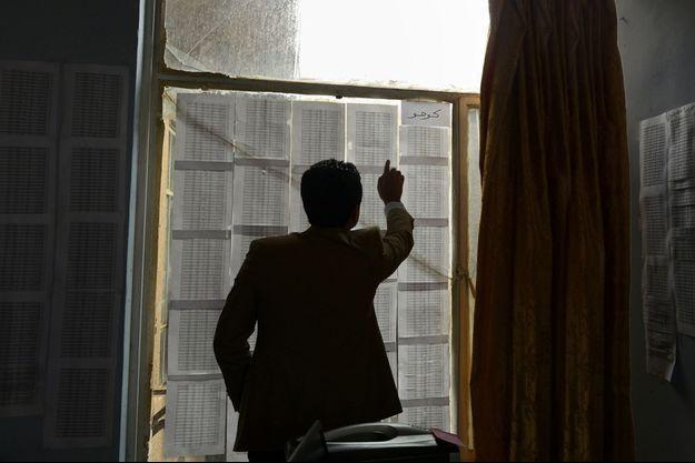Un centre de documentation en Irak. Le but de ce chercheur : retrouver les ordres écrits et leurs auteurs. Un travail de fourmi.