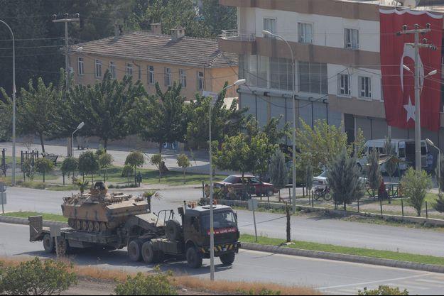 Un véhicule de l'armée turque est transporté dans la ville frontalière turque de Ceylanpinar, dans la province de Sanliurfa, en Turquie.