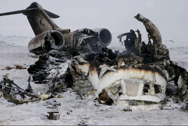 """L'épave du E-11A américain, peu après le crash, avant qu'un commando américain n'intervienne pour la """"nettoyer""""."""