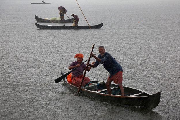 Un couple de pêcheurs sous la pluie à Kochi, en Inde.