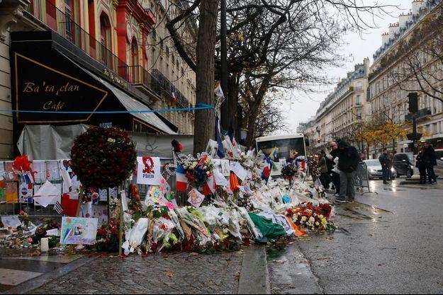 Devant le Bataclan, les hommages aux victimes des attentats du 13 novembre.