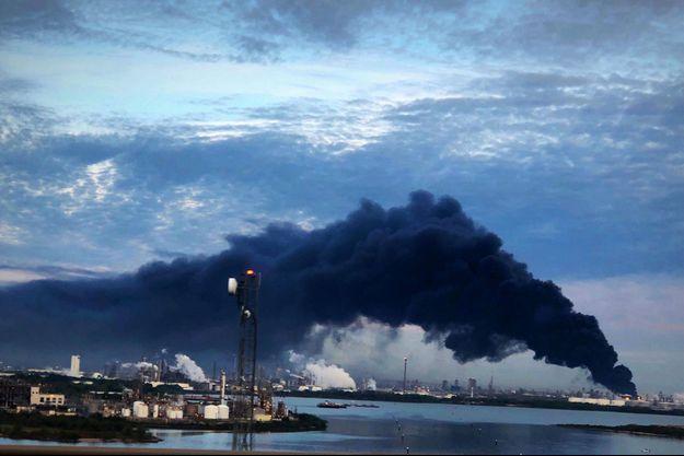 Le feu s'est déclaré dans un complexe chimique de la banlieue de Houston.