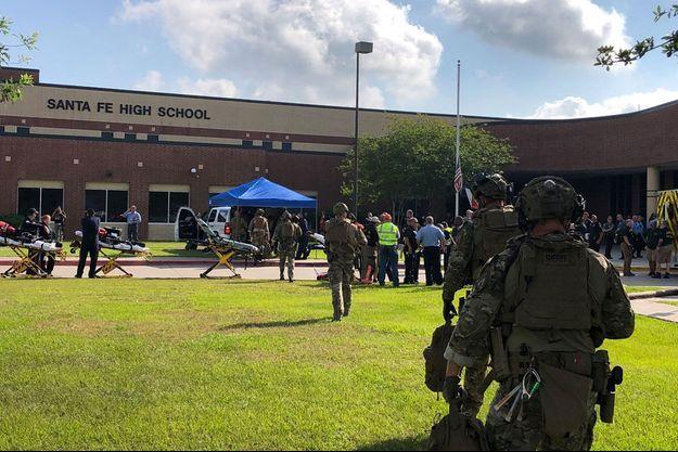 La police devant le lycée de Santa Fe, où un lycéen a ouvert le feu faisant au moins huit morts.