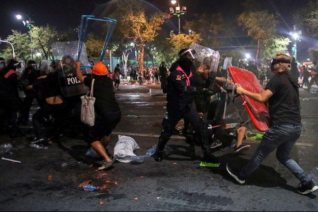Affrontements entre manifestants pro-démocratie et police devant le Grand Palais de Bangkok, samedi 20 mars 2021.