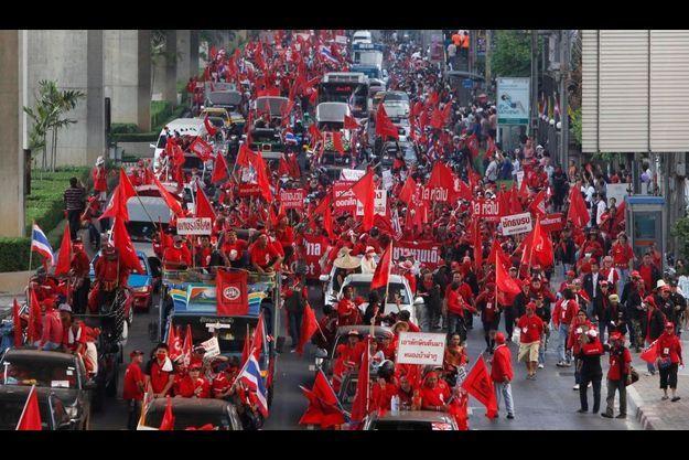 Les chemises rouges ont manifesté dans Bangkok et réclament des élections anticipées.