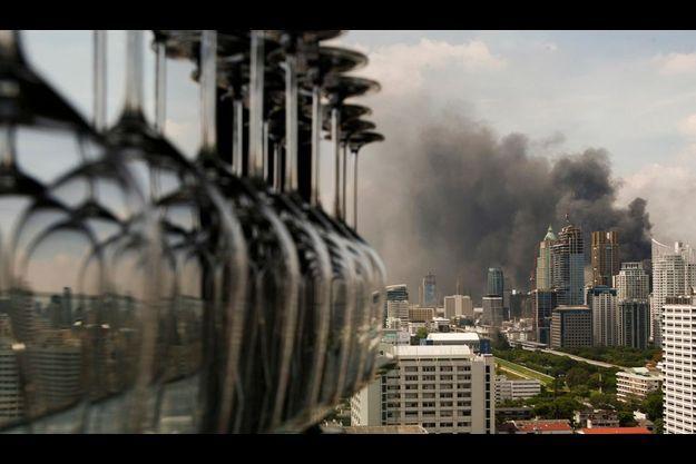 Après le succès des militaires face au «chemises rouges» dans le centre de Bangkok, plusieurs foyers d'incendie se sont déclarés.