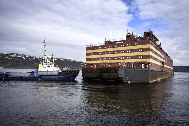 Bloc de 21.000 tonnes dépourvu de moteur, l'Akademik Lomonossov sera tracté par plusieurs navires pour son voyage.