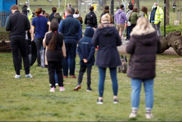 Des personnes faisant la queue pour se faire dépister au covid-19, dans le parc Clapham Common, le 14 avril.