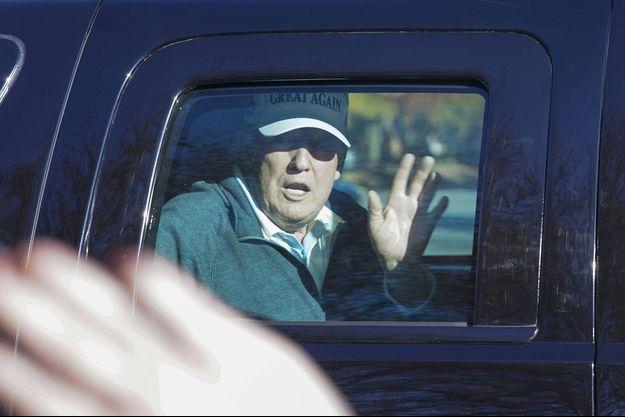 Donald Trump salue ses partisans après son départ de son golf de Sterling, en Virginie, dimanche.