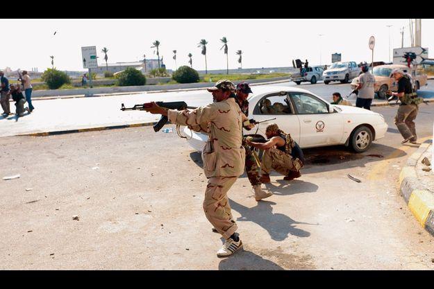 Ces rebelles ont pris position devant le port de Tripoli.