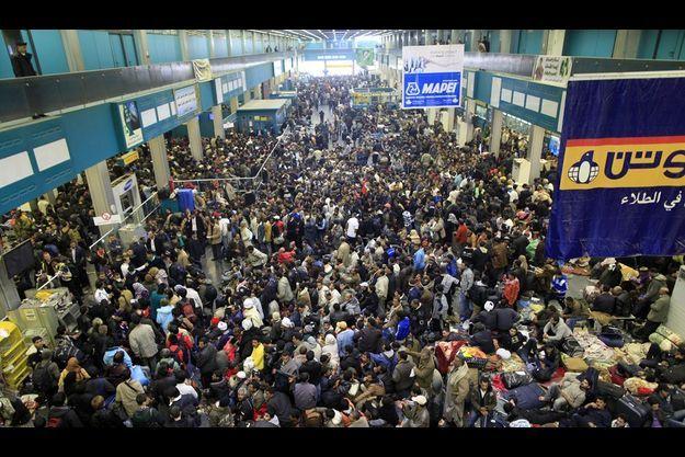 Le 26 février, à l'aéroport de Tripoli , une foule se masse, pressée de quitter le pays.