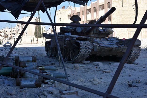 Un char de l'armée syrienne sillonne dans les quartiers est d'Alep.