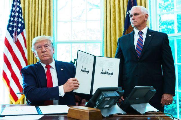 Donald Trump et Mike Pence dans le bureau ovale, lundi, après la signature d'un décret sanctionnant le régime iranien.
