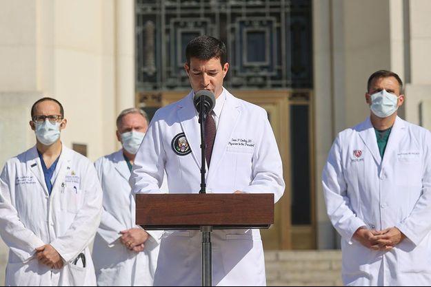 Le médecin de la Maison-Blanche, Sean P. Conley, lundi, devant l'hôpital Walter-Reed