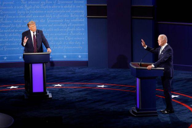 Donald Trump et Joe Biden sur la scène du débat à Cleveland, dans l'Ohio.
