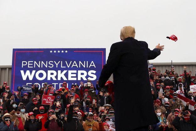 Donald Trump distribue des casquettes à la foule lors d'un meeting à Allentown, en Pennsylvanie, lundi.