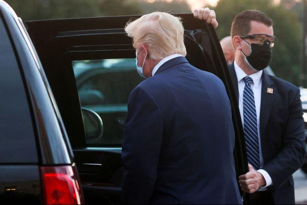 Donald Trump embarque à bord d'un SUV, lundi, à son départ de l'hôpital Walter-Reed.
