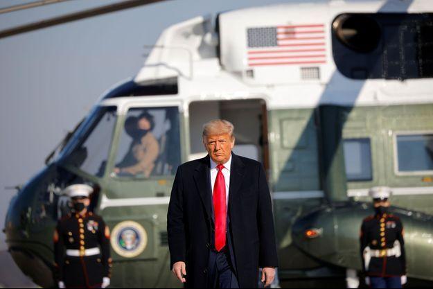 Donald Trump s'apprête à embarquer à bord d'Air Force One, mardi, pour une visite au Texas.