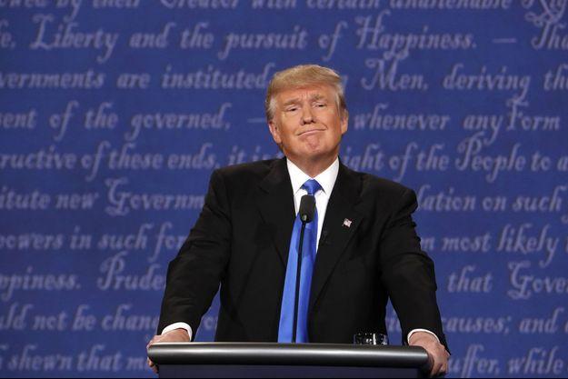 Donald Trump, agacé alors qu'il écoute une réponse d'Hillary Clinton, lors du débat de lundi.