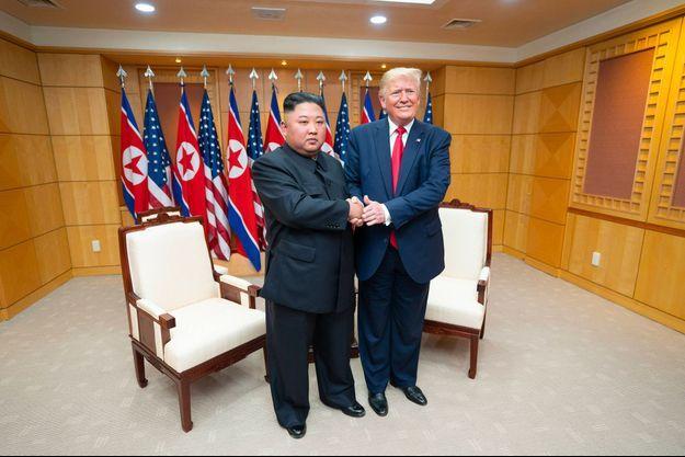 Kim Jong-un et Donald Trump lors d'une rencontre dans la zone démilitarisée entre les deux Corées, le dimanche 30 juin 2019.