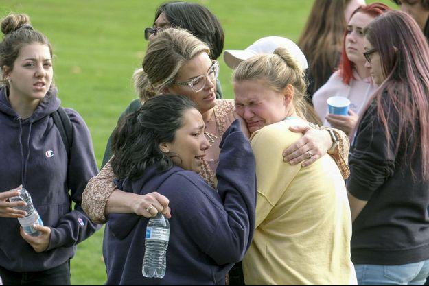 Les élèves choqués après la fusillade survenue jeudi matin au lycée de Santa Clarita.