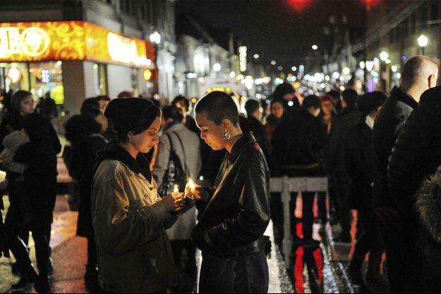 Deux personnes participent à une veillée organisée pour les victimes de Pittsburg.