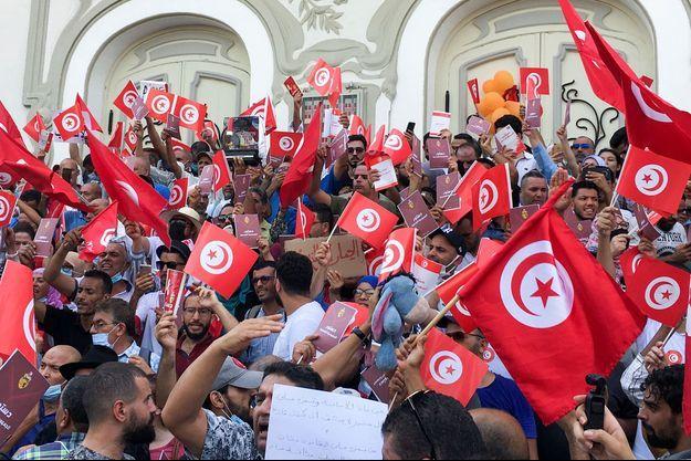 Les manifestants protestent contre les récentes mesures du président Saied jugées anti-démocratiques.