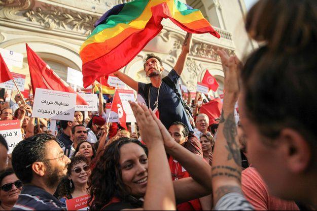Un drapeau arc-en-ciel durant une manifestation dans les rues de Tunis en août 2018 (image d'illustration).