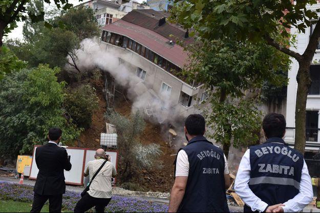 L'immeuble s'est effondré suite à un glissement de terrain.