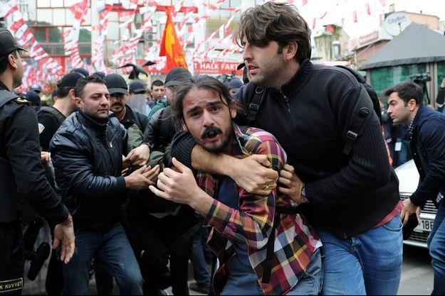Un officier en civil arrête un manifestant à Istanbul, le 1er mai 2016.