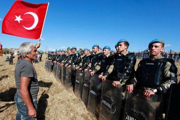 Devant les policiers, les partisans des accusés de l'Ergenekon.