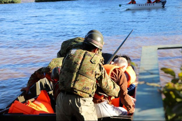 Les secouristes au Japon après le passage dévastateur du typhon.