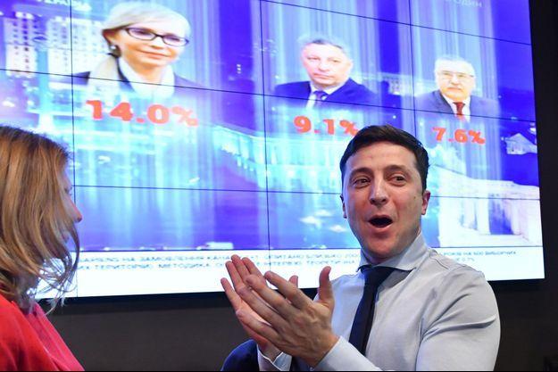 Volodymyr Zelensky célèbre son score du premier tour de l'élection présidentielle en Ukraine, le 31 mars 2019.